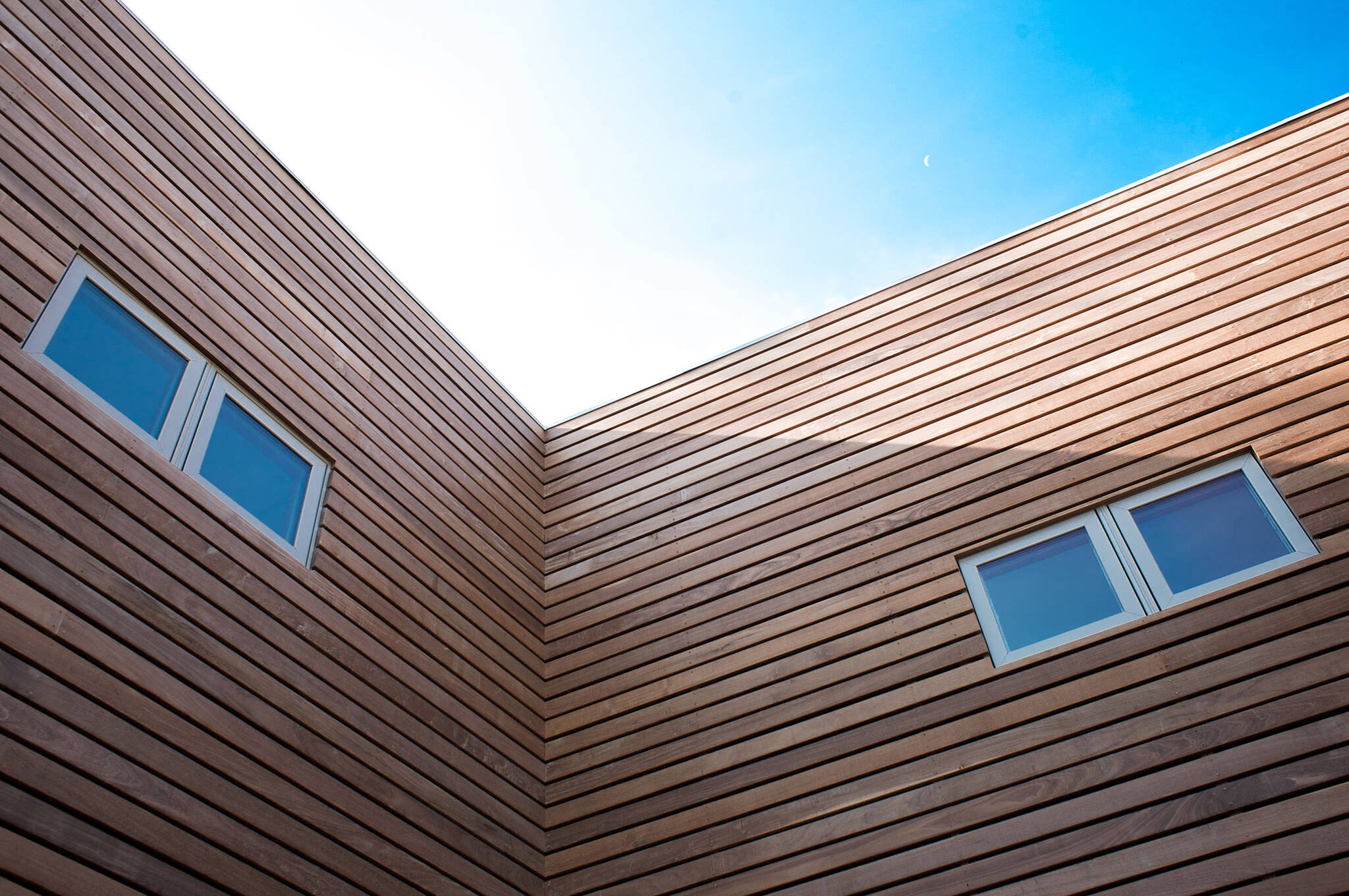 Horizontal IPE Brazilian walnut rainscreen cladding of the sustainable lake house project in Omena, Michigan designed by the architecture studio Danny Forster & Architecture