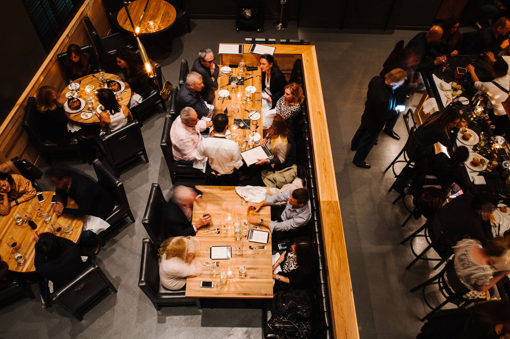 Crowded dining area of the American Cut Bar & Grill project located at 495 Sylvan Avenue in Englewood Cliffs, New Jersey designed by the architecture studio Danny Forster & Architecture