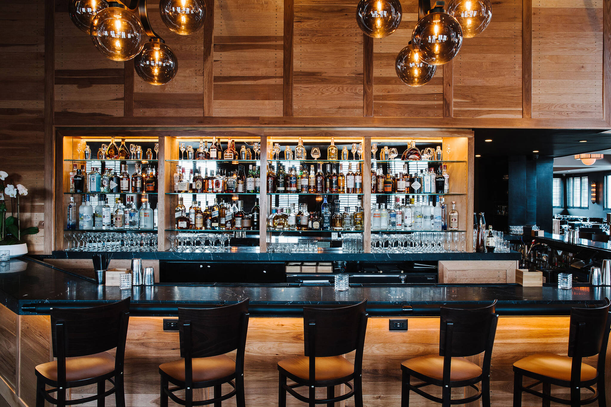 Bar of the American Cut Bar & Grill project located at 495 Sylvan Avenue in Englewood Cliffs, New Jersey designed by the architecture studio Danny Forster & Architecture